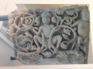 Das Kapitell aus Kohlesandstein im Museum Le Grand Curtius