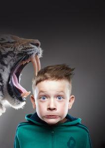 Affiche de l'exposition 'Félins ! Du tigre à dents de sabre au chat domestique'